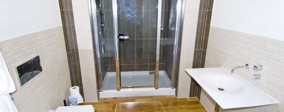 SLEEK MODERN SHOWER ROOM  White Fluffy towels, shampoo and soap provided
